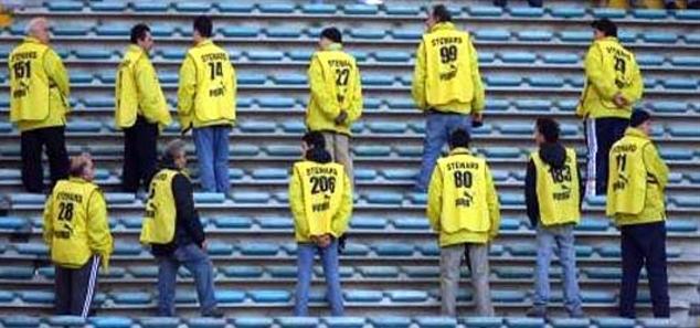 Gli steward sono figure d'accoglienza e non sono né buttafuori né sceriffi con la casacca gialla. Ma a San Siro sono stati capaci di risolvere la situazione da soli e senza l'intervento delle forze di polizia che, se ci fosse stato, sarebbe stato un disastro